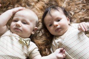 Hautfreundliche-farbenfrohe-Kleidung-für-Babys-mit-Neurodermitis-1