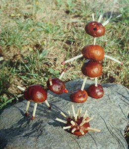 Kastanien-Männchen basteln: Herbstliche Spielidee für kleine und große Kinder