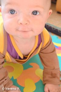 Baby-Schlafanzug-mit-Kratzschutz-Testphase-erfolgreich-bestanden-10-1-200x300