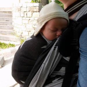 Baby will getragen werden - Mama mit Baby im Tragetuch